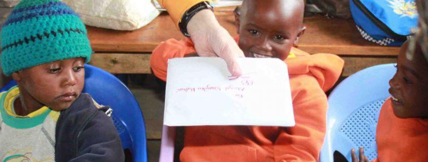 Abigal Wanjiku Muthoni freut sich über den Brief ihrer Patin Daniela, während sich Margaret Waringa Wanjiku noch fragt , ob sie wohl auch einen bekommen wird .....