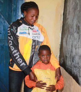 Leah Waithira MARU hält ihren Patenbrief ganz fest in Händen, den ihr ihre Patenathletin Lydia im Namen ihrer Patin Doris übergeben hat.