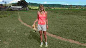 2016.01.01_Ingrid Loregger überbringt Hühner in Kiambogo